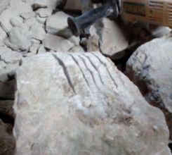 photo 13 : saignées à la disqueuse pour enlever une bosse sur une pierre
